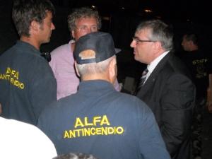 Il sindaco Merolla parla con addetti alla protezione civile